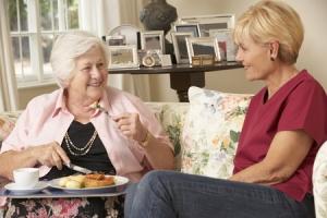 Hauswirtschaft gemeinsames Essen mit älterer Frau