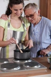 Hauswirtschaft Hilfe für ältere Frau beim Kochen