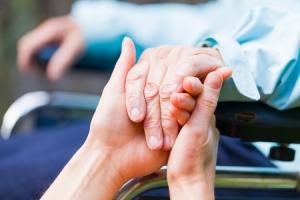 Pflegebedürftigkeit Hand wird gehalten