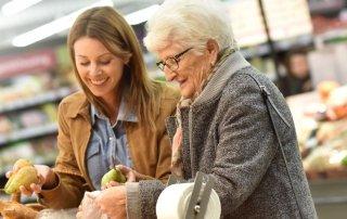Hauswirtschaft Hilfe für ältere Frau beim Einkaufen
