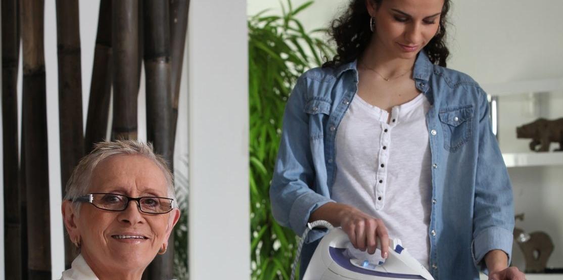 Frau am bügeln